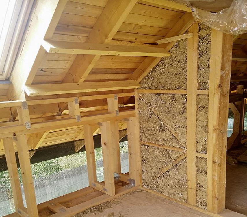Case verzi pe structura din lemn izolate cu baloti din paie